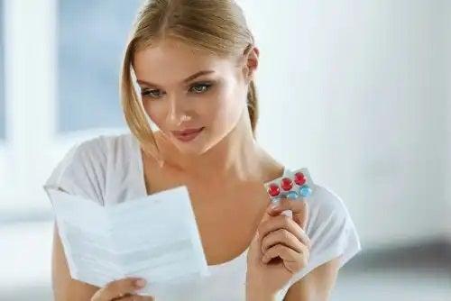 Femeie care citește excipienții medicamentelor