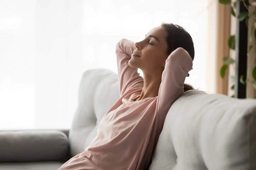 Femeie relaxată pe canapea