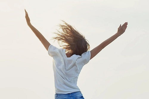 Femeie care sare de fericire