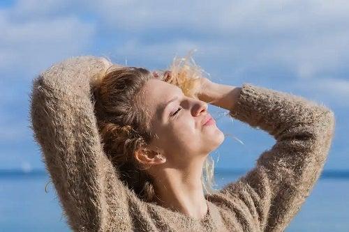 Femeie care se expune la soare