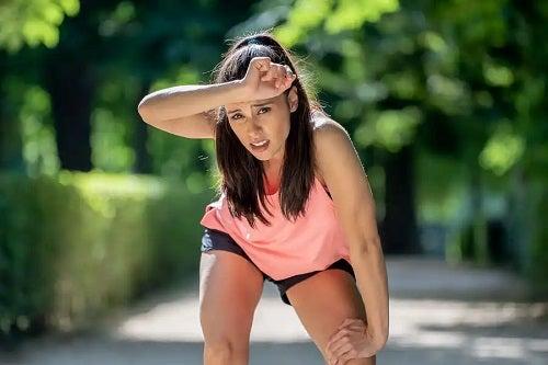 Femeie care face sport în parc
