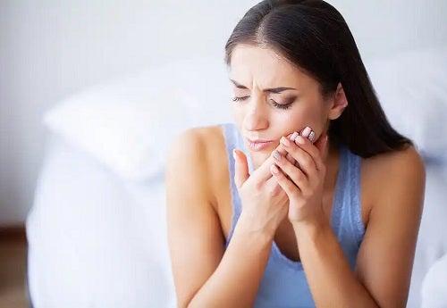 Femeie afectată de tulburările articulare temporomandibulare