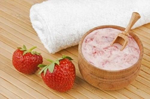 Mască de lămâie, căpșuni și măceșe pentru a elimina petele pielii