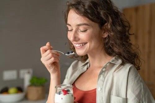 6 rețete sănătoase de mic dejun cu iaurt: preparare rapidă