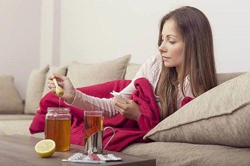 Femeie care consumă miere înainte de culcare