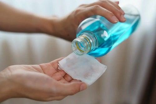 Persoană care folosește alcoolul pentru curățenie