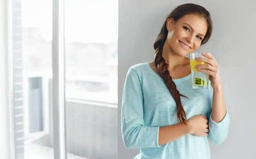 Femeie care bea apă de semințe de in pentru combaterea celulitei