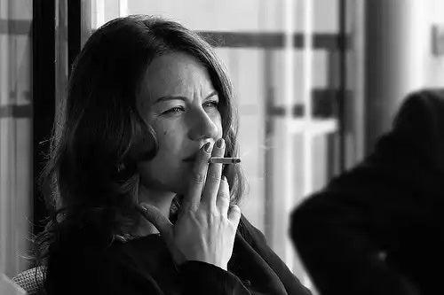 Tutunul crește riscul de boli degenerative la femei