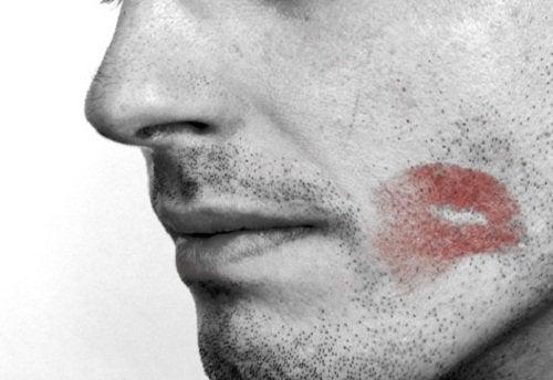 8 posibile alerte că un bărbat te înșală