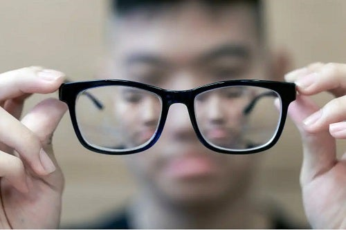 Băiat cu ochelari