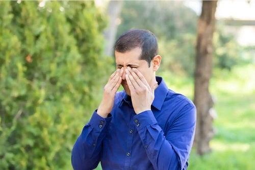 Bărbat cu alergie la polen