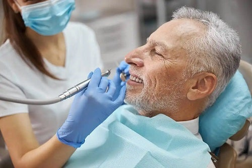 Bărbat la dentist