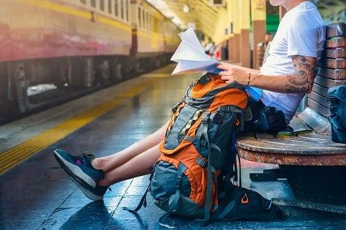 Bărbat care citește sfaturi pentru a sta într-un hostel