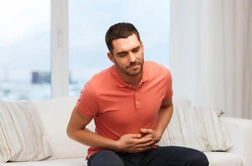 Bărbat cu probleme la stomac