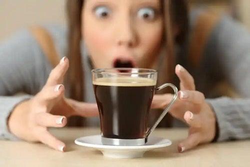 Ce se întâmplă cu corpul tău atunci când consumi excesiv cofeină?