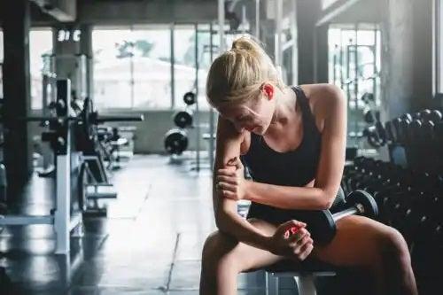 De ce tremură corpul când încearcă să ridice mai multă greutate?