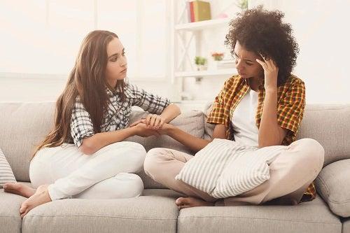 Fată care știe cum poți consola o persoană tristă