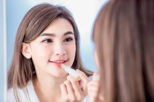 Fată ce cunoaște care este diferența dintre ruj și luciu de buze