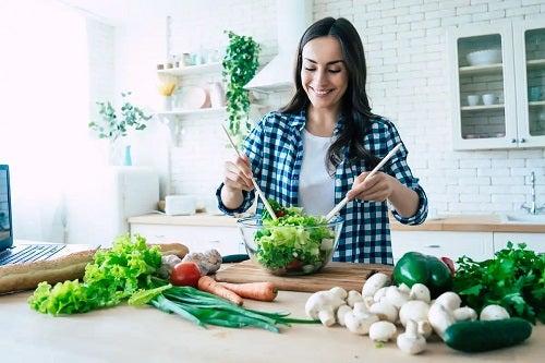 Femeie care crede că poate mânca multe fructe și legume