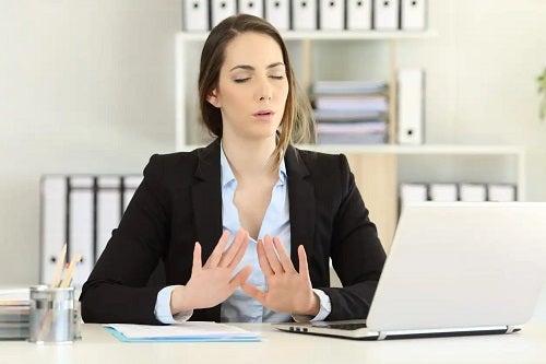 Femeie care suferă de teama de eșec
