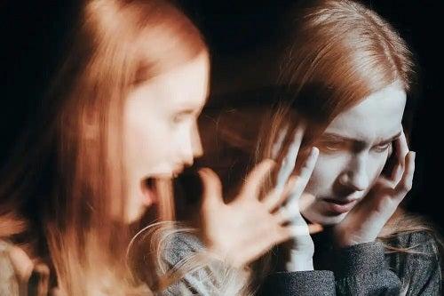 Femeie care nevoie de terapia psihedelică