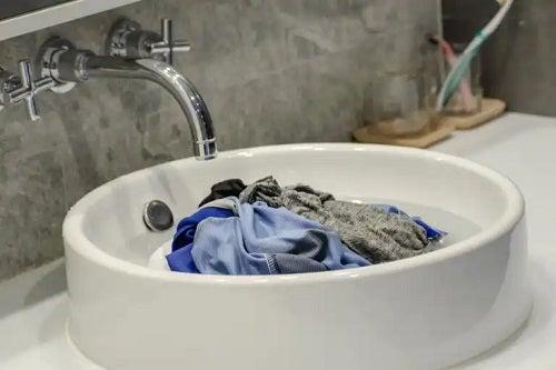 Cum să speli hainele murdare în timpul unei călătorii?