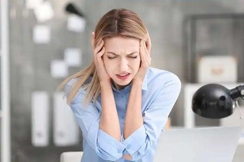 Migrena la femei: cauze și tratament