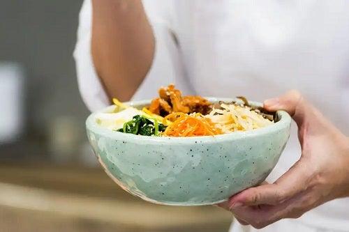Persoană care cunoaște beneficiile dietei asiatice