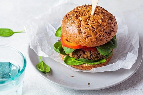 Platou cu burgeri de avocado și quinoa