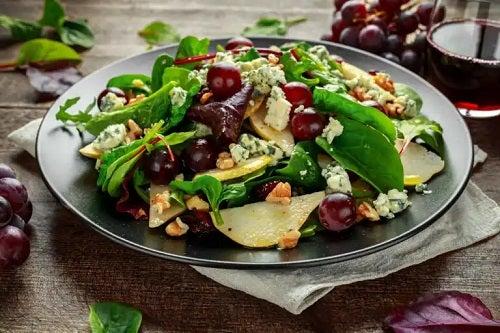 3 rețete sănătoase de salate cu struguri