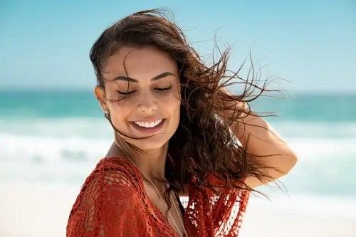 6 sfaturi pentru a vă spăla părul după plajă