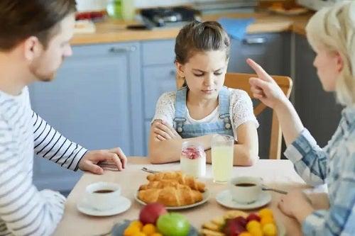 Stilul parental autoritar: caracteristici și efecte posibile asupra copiilor
