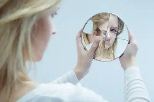 Acest scurtmetraj te va face să reflectezi asupra tiraniei oglinzii